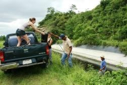 Voor deze aansluiting, moest het water met emmers 7 km ver vervoerd worden. © Hilde Buschgens
