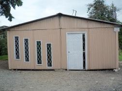 Noodwoningen die na de aardbeving zijn opgetrokken.