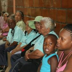 Enkele patiënten op doktersbezoek bij Dokter Ricardo bij de organisatie 'Mujeres de Lucha'. © Hilde Buschgens