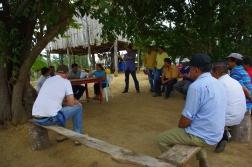Een vergadering met enkele van de 47 boeren die genieten van de nieuwe waterleiding. © Hilde Buschgens