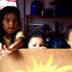 Enkele kinderen uit de krottenwijk 'Cristo del Consuelo' in de kinderopvang van de organisatie 'Mujeres de Lucha'.