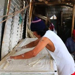 Dankzij een renteloze lening van Eslabonsocial heeft deze man zijn bedrijfje in valse plafonds kunnen oprichten.
