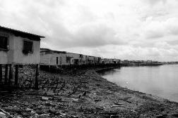 Aan de rivier is de armoede het grootst in de krottenwijken.