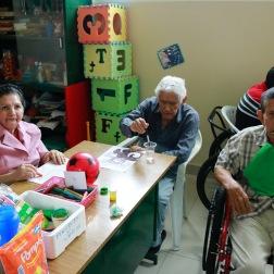 Enkele bewoners van het zorghuis op therapie.
