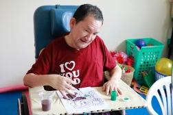 Hij brak zijn rug en was volledig verlamd, maar leerde opnieuw tekenen en schrijven.