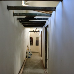 In deze appartementen kunnen drie gezinnen terecht die na de aardbeving dakloos waren.