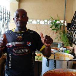 Deze man kookt en verkoopt dagelijks lunchpakketten.